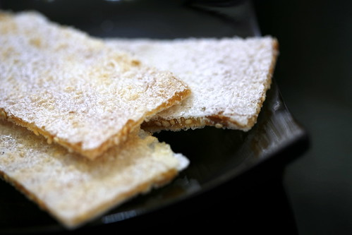 sesame-sprinkled crispy wafers (me xung don)