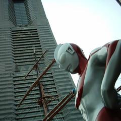 【写真】ミニデジで撮影した日本丸メモリアルパークのウルトラマンとランドマークタワー