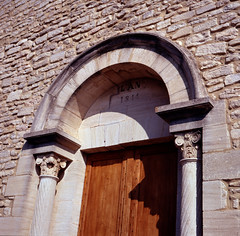L'An 1844 (schoeband) Tags: door france 120 6x6 film church village kodake100vs eglise vaucluse pentaconsixtl kodakektachromee100vs crillonlebrave