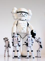Kaws Stormtooper museum (BFLV) Tags: original toy stormtrooper kaws hasbro fakes medicom 334 bflv