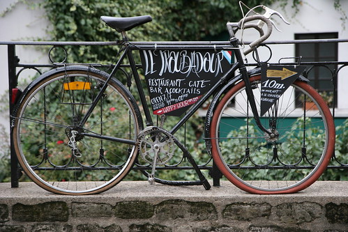 A bicycle-friendly café in Montmartre, Paris. Photo: Rous