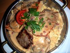 Spätzle med svinekotelet, kyllingebøf, oksebøf og champignonsauce