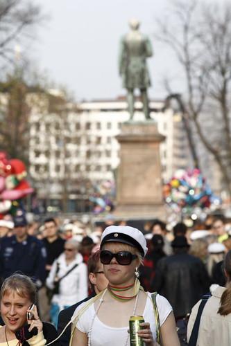 Una señorita finlandesa llevando su gorra