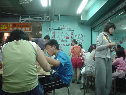 [吃] 南機場夜市_07:來來餃吩??_人潮眾多