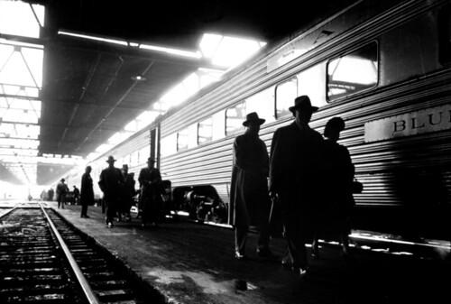 [フリー画像] 人物, 人と風景, 電車・列車, アメリカ合衆国, 鉄道駅・プラットフォーム, 201007272300