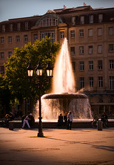 Glow (Philipp Klinger Photography) Tags: windows light sunset shadow people reflection building tree water fountain architecture facade germany square deutschland opera europa europe glow shadows hessen frankfurt glowing lantern alter philipp oper hesse klinger opernplatz dcdead