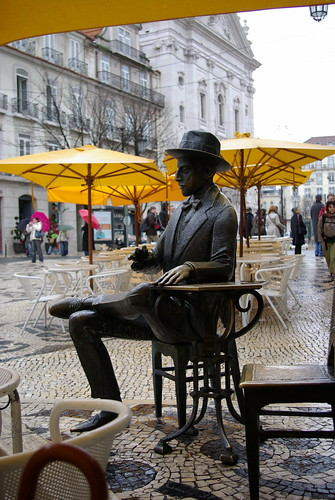"""""""Assis parmi vous"""", un mème de la sculpture urbaine"""