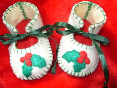 CREAM AND RED HANDMADE CHRISTMAS BOOTIES WITH LOVELY HOLY LEAVES MOTIFS (Funky Shapes) Tags: christmas uk baby cute love colors kids shower shoes colours handmade unique oneofakind crafts craft funky felt zapatos gift kawaii bebe ribbon accessories etsy feltro slippers booties dsm wholesale bebes babygift funkyshapes babyclothing babyslippers dawanda holyleaves etsybaby