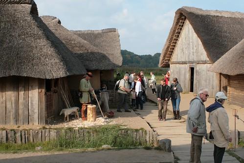 Reinhard (Erichsen) baut einen Bogen, er steht direkt neben dem Haus des Holzhandwerkers [Haus Nr. 4] - Museumsfreifläche Wikinger Museum Haithabu WHH 27-09-2008