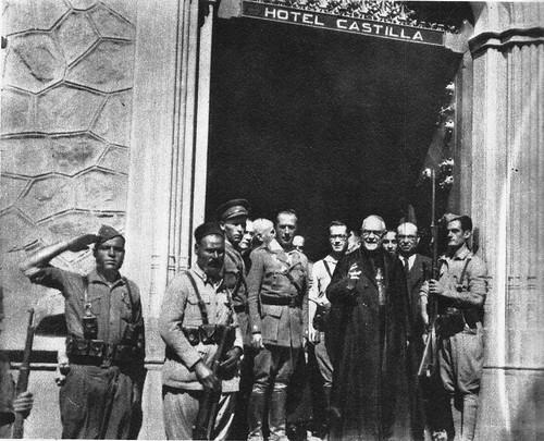 El Arzobispo de Toledo, Cardenal Gomá, junto al militar franquista Helí Rolando de Tella en el Hotel Castilla de Toledo 48 horas después de la conquista de la ciudad en 1936
