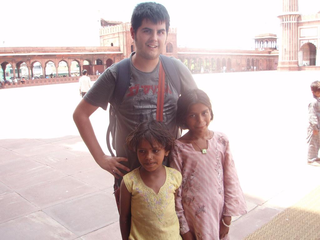 Pau con dos niñas hindúes