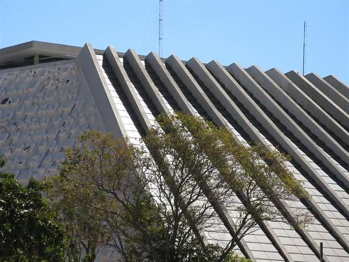 Teatro Nacional - na lateral à esquerda, os blocos concebidos por Athos Bulcão