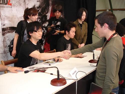 Dando la mano a Hideo Kojima