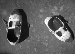 Zapatos usados (Cyberian8) Tags: asia india darjeeling bystrangeearth favorites bn blanco negro blancoynegro blancinegre blackwhite bw favorita favoritas favourite favourites preferida   favoriten    gunstelinge favorit favoris   kegemaran sk favoriter blackandwhite   schwarzundweis    swartenwit hitamdanputih noiretblanc    crnobijeli siyahvebeyaz svartochvitt
