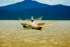 Pescadores en Patzcuaro (Anuska Sampedro) Tags: blue lake water yellow azul mexico lago fisherman nikon amarillo michoacan patzcuaro redes janitzio pescadores purepecha
