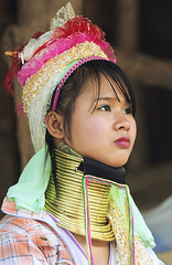 Thailand : Karen  long neck (JCS75) Tags: travel portrait people portraits canon neck thailand necklace women asia southeastasia long village faces burma traditional hill tribal karen ring rings longneck tribes myanmar tribe ethnic brass burmese mujeres birma coils bodymodification indigenous villagers hilltribes padang hilltribe longnecktribe karentribe padong longnecks padaung birmanie collo kayan longo birmania longneckkaren mujeresjirafa 5photosaday burmeseborder paduang earthasia giraffewomen