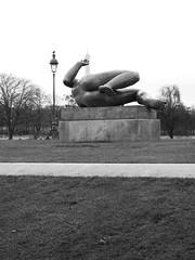 Playing with Tour Eiffel (magellano) Tags: sculpture paris tower lamp statue torre tour eiffel statua lampione parigi scultura jardinducarrousel maillol lariviere