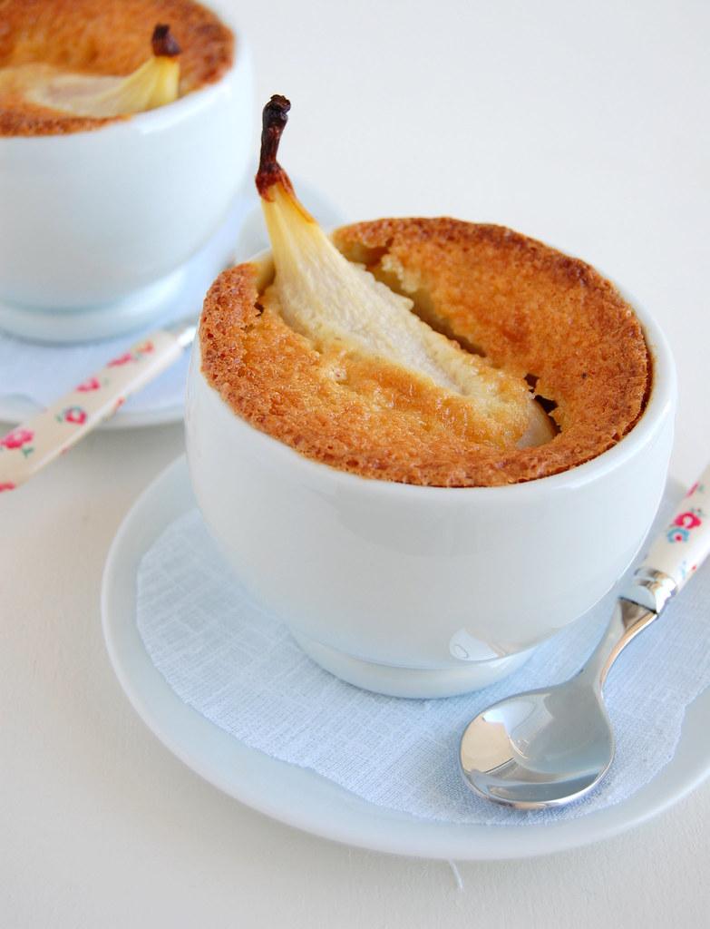 Pear almond pies in cups / Tortinhas de pêra e amêndoas em xícaras