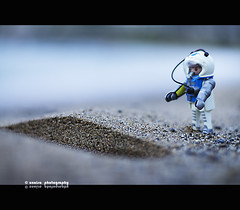 huella (unaisa) Tags: beach toy photography 50mm iso200 photo sand dof bokeh sony 14 playa arena plastic desenfoque alpha playmobil juguete astronauta huella apsc sal50f14 unaisa nex3 laea1