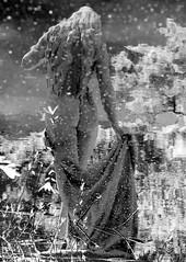 Wonderland (Llum Endins) Tags: sculpture white black reflection blanco water girl agua chica negro escultura reflejo picturesque blancinegre thebestofday gnneniyisi peachofashot grouptripod llumendins
