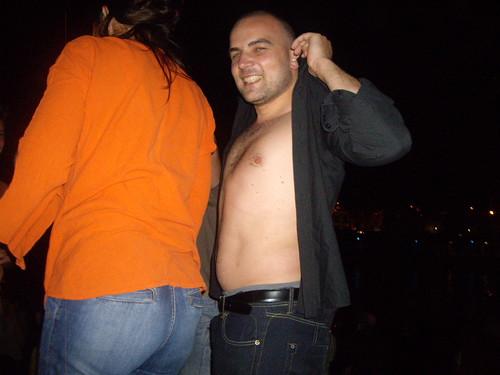 Charles fait un striptease.