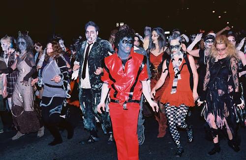 Thumb Un hombre lobo y zombies que bailan? Thriller va al teatro