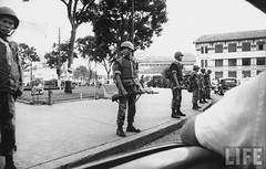 Vietnam Special Forces cordon off the Saigon Market because of student demonstration. 8-1963 par VIETNAM History in Pictures (1962-1963)