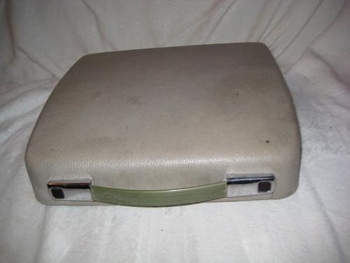 Schreibmaschine mit Schutzdeckel