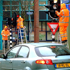 TEAM WORK (Akbar Simonse) Tags: street people urban orange trafficlights holland netherlands car candid working thenetherlands streetphotography denhaag thehague ladders streetshot elandstraat 200000000stagelovers akbarsimonse degroeneeland
