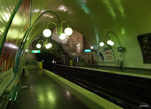 Le carrelage recouvre entièrement le plafond et reflète la lumière verte