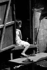bantay bata (jobarracuda) Tags: lumix kid alone philippines manila kubo bata pilipinas chil fz50 tondo panasoniclumixdmcfz50 jobarracuda jobar jojopensica ulingan walangkasama