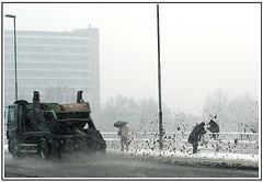Moddergevecht (Theo Kelderman) Tags: sneeuw brug vrachtwagen schalkwijk mensen bagger haarlemopvallendezaken