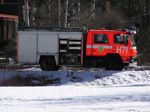 Helsingin palo- ja pelastuslaitoksen yksikkö H71 Tammisalon kanavan rannassa