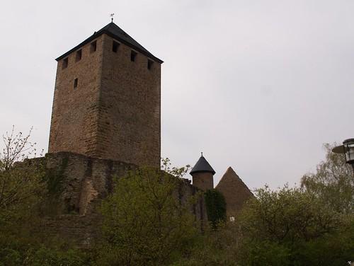 Burgfried hinter verfallenden Mauern