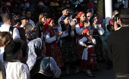Jeunes femmes en costume traditionnel
