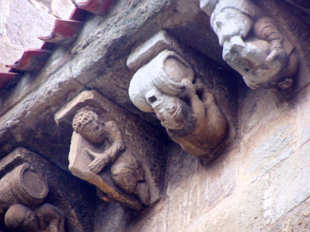 Canecillos en el Tejadillo de la Portada de San Pedro de Cervatos