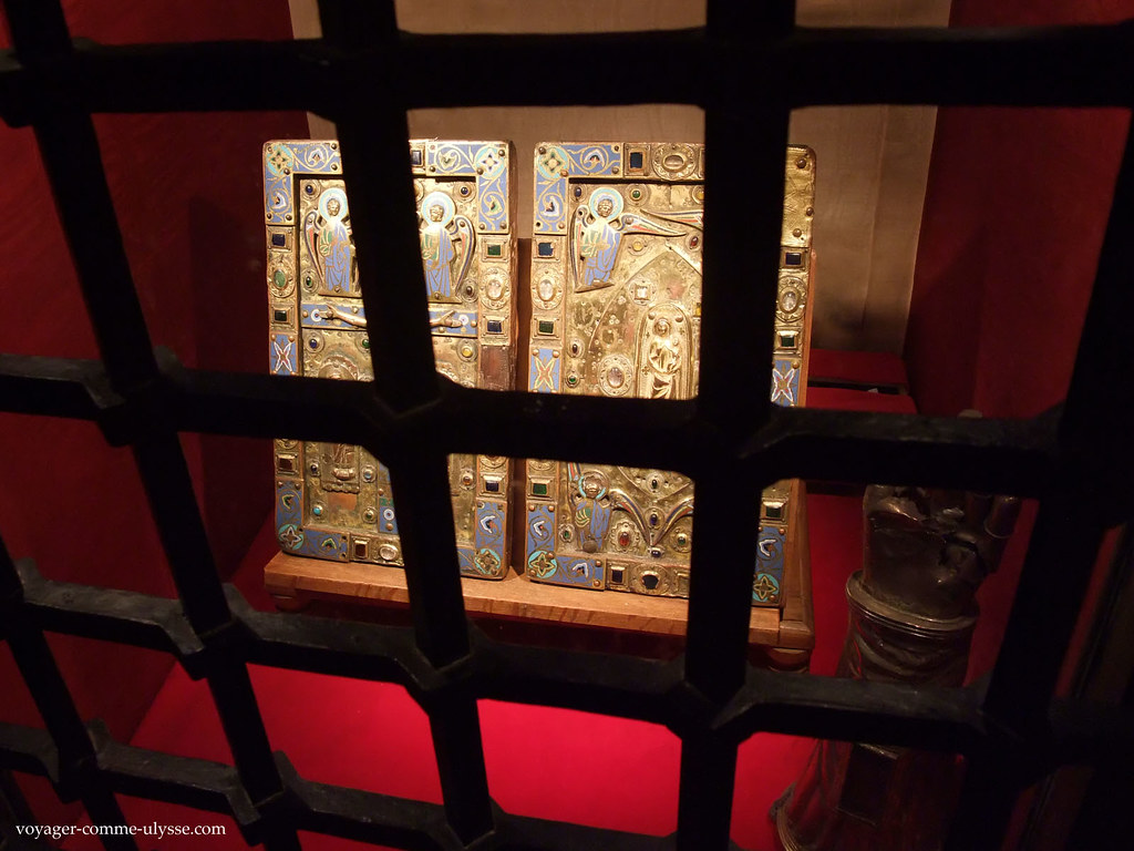 Léglise possède de précieuses reliques, solidement protégées