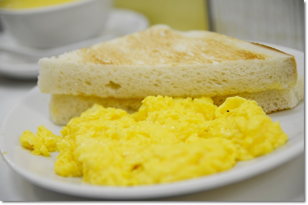 Golden Scrambled Eggs with Toast2