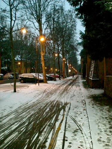una strada all'alba dopo una leggera nevicata
