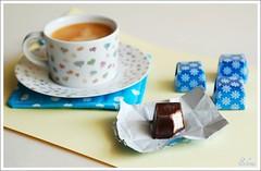 Café e chocolate . Coffe and Chocolate (selenis) Tags: café nikon chocolate coffe 2009 bombom bonbons 50mmf18 d80