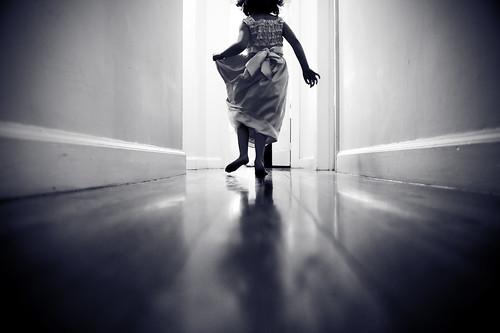フリー画像| 人物写真| 子供ポートレイト| 外国の子供| 少女/女の子| 後ろ姿| モノクロ写真|     フリー素材|