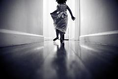 [フリー画像] [人物写真] [子供ポートレイト] [外国の子供] [少女/女の子] [後ろ姿] [モノクロ写真]     [フリー素材]