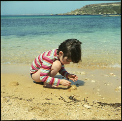 Pops on the beach, Gnejna bay (Ian_Boys) Tags: sea tlr film sand d malta poppy yashica 2009 mgarr gnejnabay beach120