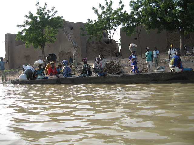 People leaving Djenne by boat