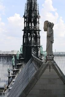 ange en pierre et des saints