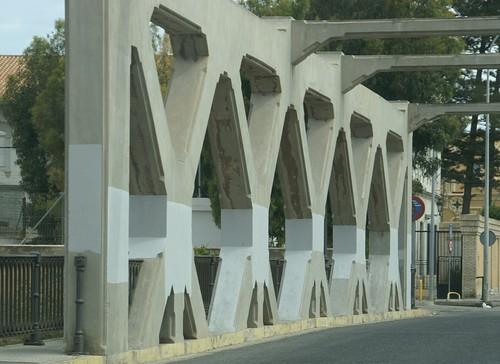 Puente a medio pintar, denuncia de Melilla España