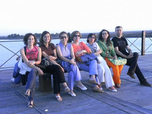 Disfrutando del atardecer en Huelva, rodeada de bibliotecarios