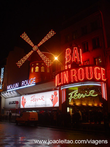 Moulin Rouge no centro de Paris em França