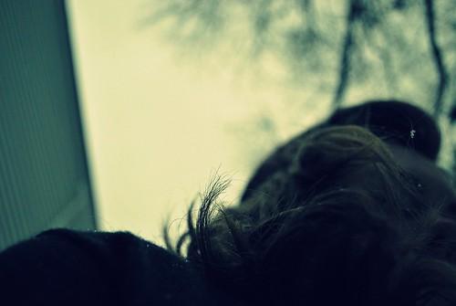 Fotografía con una mínima profundidad de campo en la que sólo se ve nítido el final de unos cabellos en lo que parece un día frío