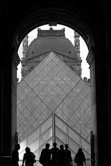 Louvre - Passage Richelieu (servuloh) Tags: pictures blackandwhite bw paris france luz silhouette branco arquitetura museum architecture backlight canon contraluz photography photo interesting perfect gate europa europe museu foto rj view pyramid louvre porto picture frana pb du preto muse best powershot ceiling fotos e frame silueta 1001nights passage pretoebranco passagem contra canonpowershot teto alignment perfeito silhueta richelieu moldura g7 musedulouvre pirmide passagerichelieu perfectalignment canong7 alinhamento platinumphoto bestviewofthelouvre